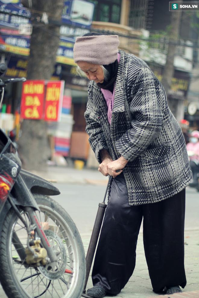 Cụ bà 88 tuổi vá xe trên phố Hà Nội và câu chuyện khiến nhiều bạn trẻ xấu hổ - ảnh 14
