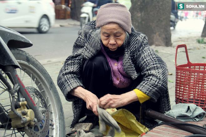 Cụ bà 88 tuổi vá xe trên phố Hà Nội và câu chuyện khiến nhiều bạn trẻ xấu hổ - ảnh 2