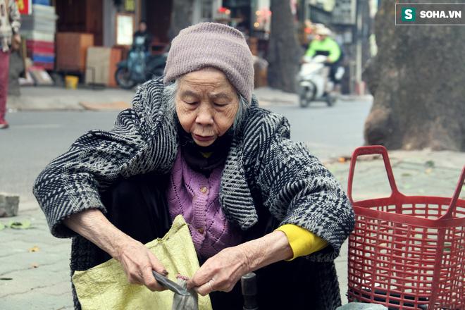 Cụ bà 88 tuổi vá xe trên phố Hà Nội và câu chuyện khiến nhiều bạn trẻ xấu hổ - ảnh 13