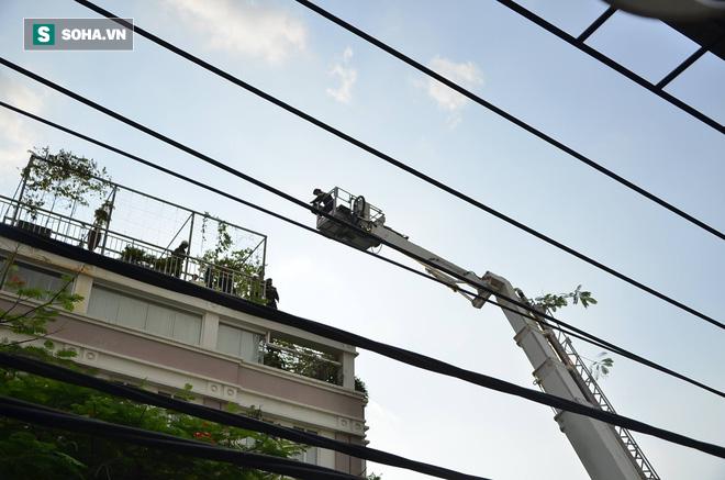 TP HCM: Giải cứu hàng chục người mắc kẹt trong đám cháy ở quận trung tâm - Ảnh 3.