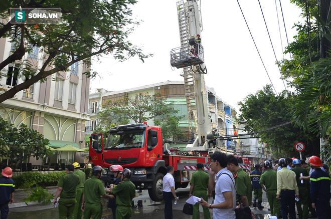 TP HCM: Giải cứu hàng chục người mắc kẹt trong đám cháy ở quận trung tâm - Ảnh 2.
