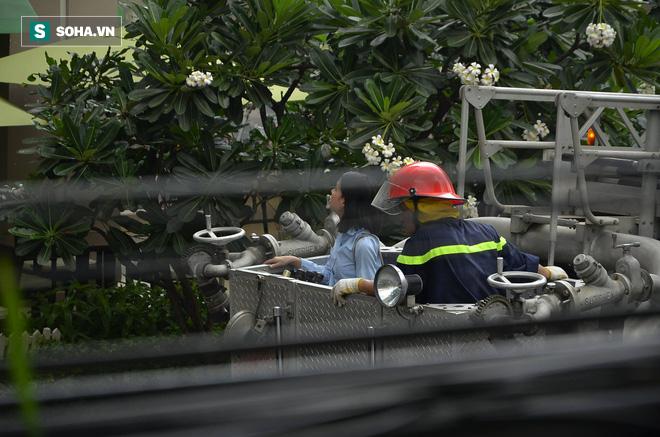 TP HCM: Giải cứu hàng chục người mắc kẹt trong đám cháy ở quận trung tâm - Ảnh 5.