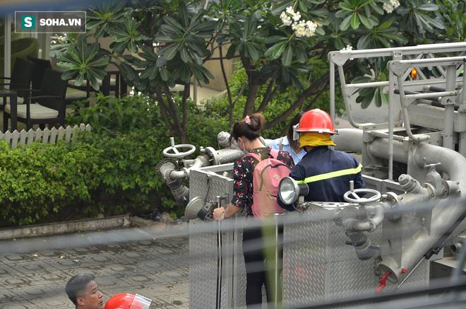 TP HCM: Giải cứu hàng chục người mắc kẹt trong đám cháy ở quận trung tâm - Ảnh 6.