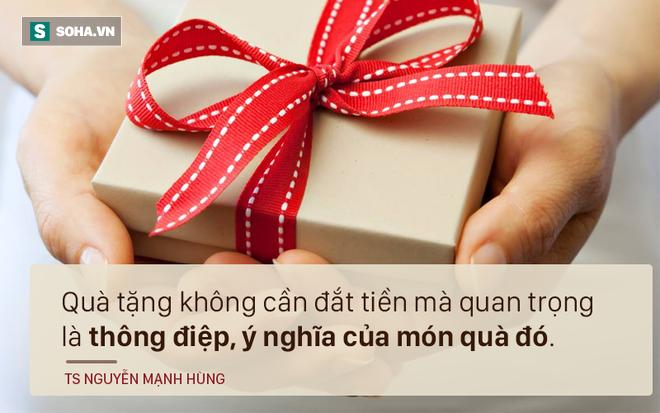 TS Nguyễn Mạnh Hùng: Tại sao tôi không thích được nhận hoa? - Ảnh 3.