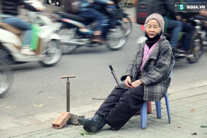 Cụ bà 88 tuổi vá xe trên phố Hà Nội và câu chuyện khiến nhiều bạn trẻ xấu hổ - ảnh 12
