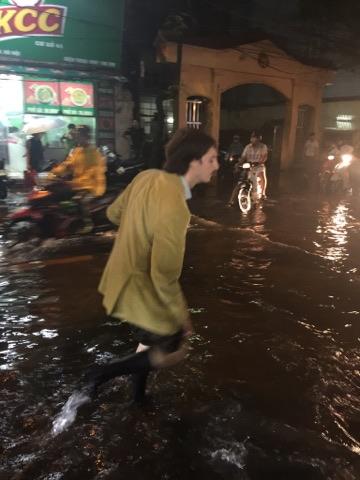 Hà Nội mưa xối xả, nhiều tuyến phố ngập rất sâu - Ảnh 2.