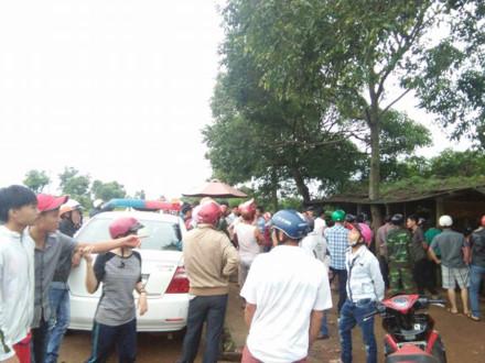 Vi phạm giao thông, thanh niên ném đá, cắn tay kích động người dân chống đối CSGT - ảnh 1