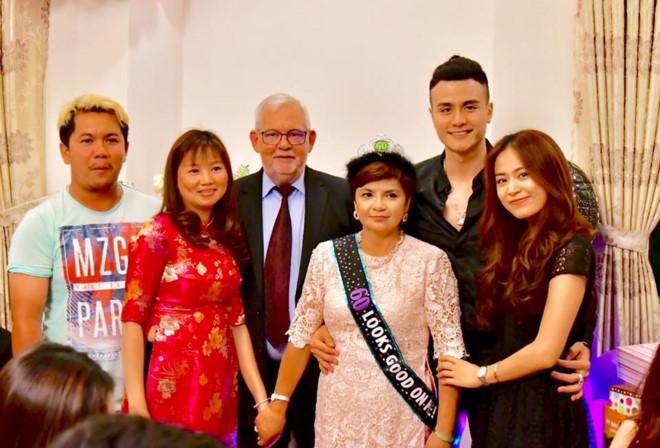Hoàng Thùy Linh thân thiết với gia đình Vĩnh Thụy - Ảnh 2.