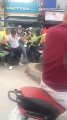 Bị nhắc nhở vì gây ồn ào, nhóm phượt thủ lao vào đánh một nam thanh niên trên đường - Ảnh 1.