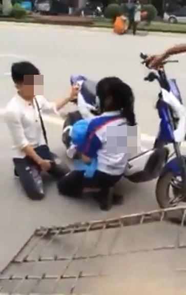 Thanh niên quỳ gối giữa đường xin công an thả xe cho người yêu 1