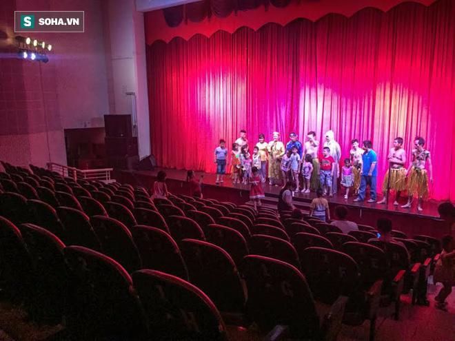 Hình ảnh thảm hại tại buổi diễn của sân khấu Minh Béo ngày 1/6: Khi khán giả bức xúc, quay lưng 2