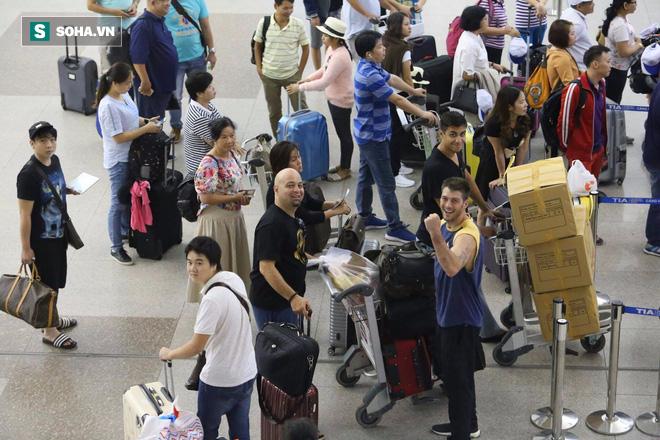 Chùm ảnh: Flores bay đêm, rời Việt Nam về Canada - Ảnh 17.