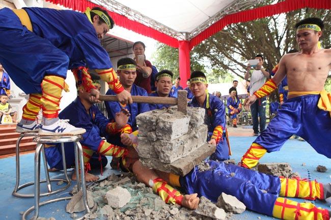Võ cổ truyền Việt Nam phô diễn công phu rợn tóc gáy ở Hà Nội - Ảnh 1.