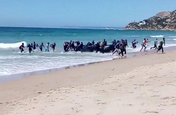 Đang tắm biển, du khách thất kinh trước màn đổ bộ của người nhập cư - Ảnh 3.