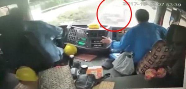 Clip: Xe hơi chui vào gầm xe tải hạng nặng sau màn vượt mặt bất thành - Ảnh 3.