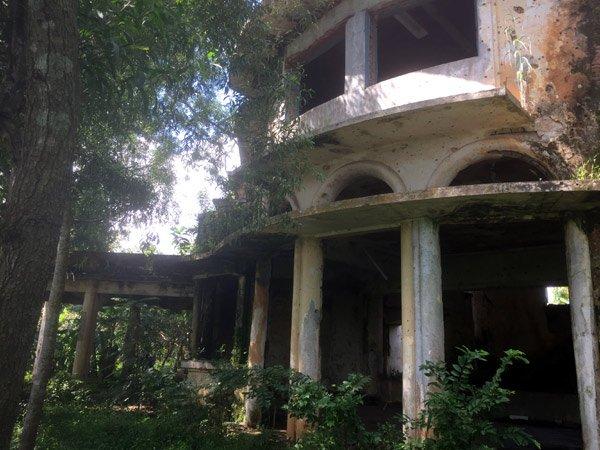 Bên trong biệt thự kiểu Pháp bị bỏ hoang hơn 40 năm ở Đồng Nai - Ảnh 2.