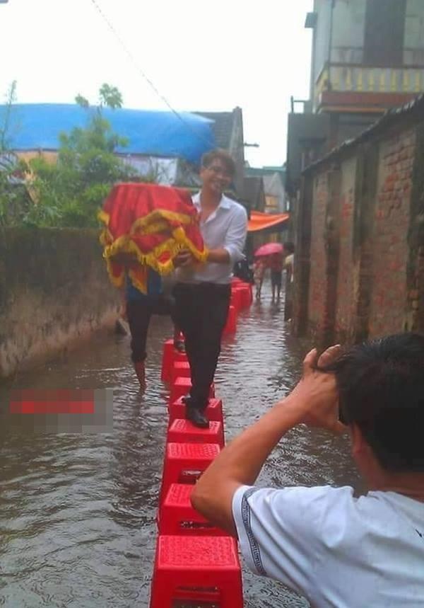 Hình ảnh các đám cưới trong ngày mưa bão khiến người ta chạnh lòng  - Ảnh 4.