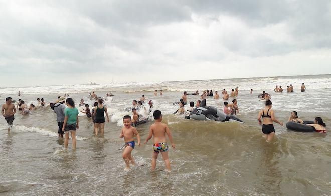[Ảnh] Mặc bão vào, hàng trăm du khách liều mình tắm biển rồi bỏ chạy khi có sóng lớn - Ảnh 9.