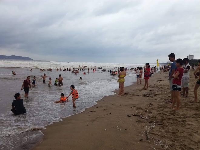 [Ảnh] Mặc bão vào, hàng trăm du khách liều mình tắm biển rồi bỏ chạy khi có sóng lớn - Ảnh 10.