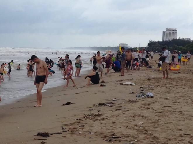 [Ảnh] Mặc bão vào, hàng trăm du khách liều mình tắm biển rồi bỏ chạy khi có sóng lớn - Ảnh 11.