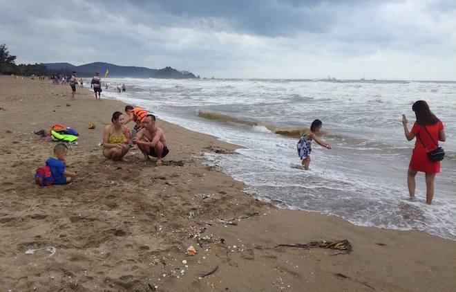 [Ảnh] Mặc bão vào, hàng trăm du khách liều mình tắm biển rồi bỏ chạy khi có sóng lớn - Ảnh 12.
