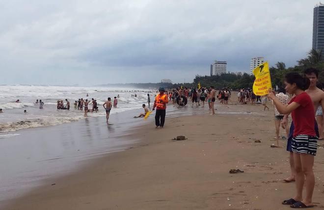[Ảnh] Mặc bão vào, hàng trăm du khách liều mình tắm biển rồi bỏ chạy khi có sóng lớn - Ảnh 2.