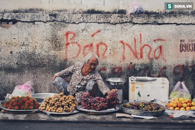 Cụ bà 86 tuổi ngày ngày vượt gần 120km đi bán hoa quả giữa Sài Gòn