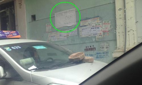 Không nói nhiều, chủ nhà quyết hắt nước, dán băng vệ sinh... dằn mặt ô tô đỗ sai chỗ  - Ảnh 4.