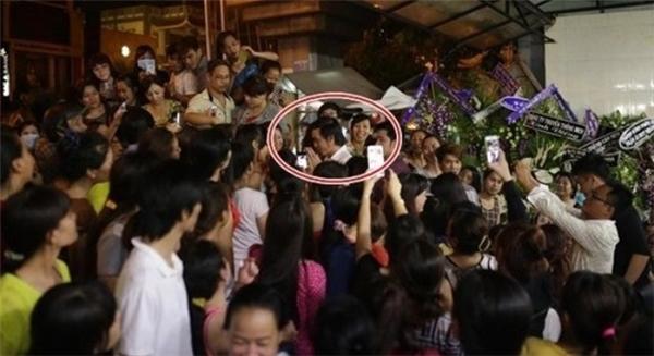 Những khoảnh khắc dở khóc dở cười của sao Việt khi gặp fan quá khích - Ảnh 3.