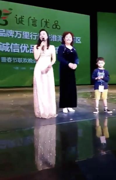 Cậu bé nghèo biến thành cỗ máy kiếm tiền, tấn công làng giải trí nhờ giống hệt Jack Ma - Ảnh 5.