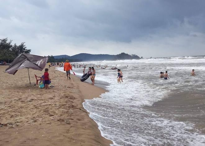 [Ảnh] Mặc bão vào, hàng trăm du khách liều mình tắm biển rồi bỏ chạy khi có sóng lớn - Ảnh 7.