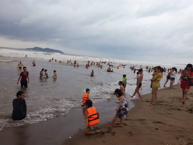 [Ảnh] Mặc bão vào, hàng trăm du khách liều mình tắm biển rồi bỏ chạy khi có sóng lớn - Ảnh 6.