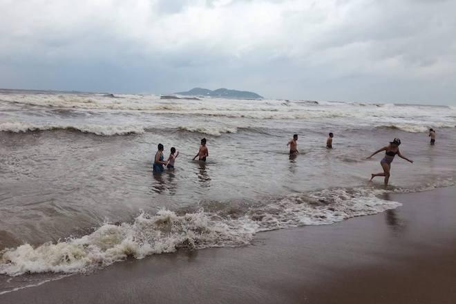 [Ảnh] Mặc bão vào, hàng trăm du khách liều mình tắm biển rồi bỏ chạy khi có sóng lớn - Ảnh 15.