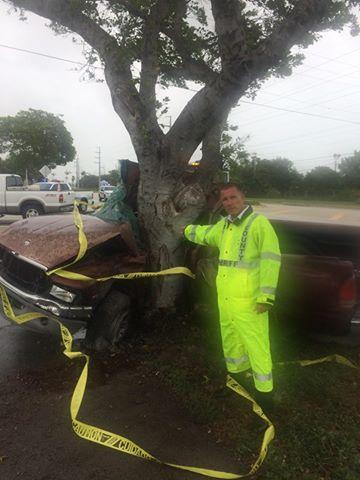 Bão Irma gây tai nạn thương tâm đầu tiên ở Florida: Xe hơi mất lái, quấn chặt vào gốc cây - Ảnh 1.