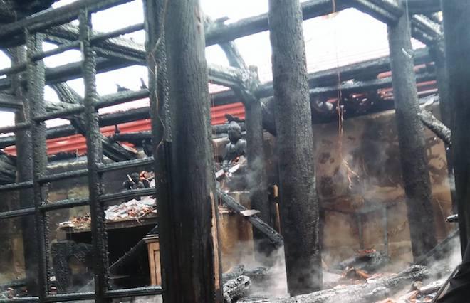 Ngôi đền cổ Độc Lôi Sơn bằng gỗ cháy rụi trong chốc lát - Ảnh 3.