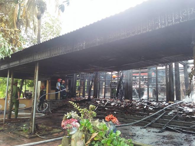 Ngôi đền cổ Độc Lôi Sơn bằng gỗ cháy rụi trong chốc lát - Ảnh 1.