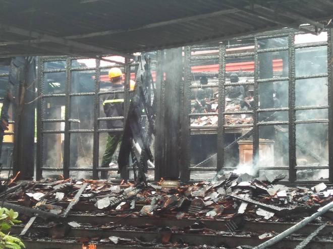 Ngôi đền cổ Độc Lôi Sơn bằng gỗ cháy rụi trong chốc lát - Ảnh 4.