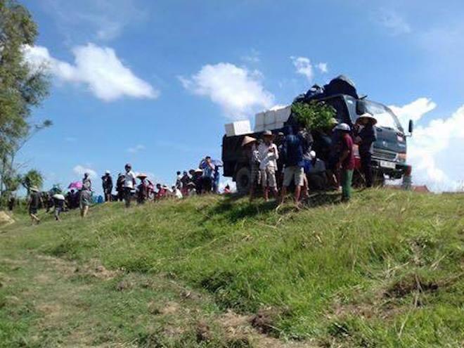 Cả làng ra vây xe tải mang hơn 6 tấn mực thối đi chôn lấp gần bờ đê - Ảnh 1.