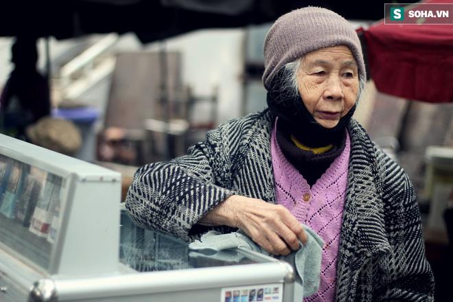 Cụ bà 88 tuổi vá xe trên phố Hà Nội và câu chuyện khiến nhiều bạn trẻ xấu hổ - ảnh 11