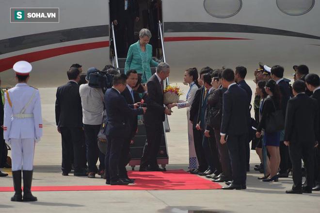 Được tặng hoa cho Thủ tướng Lý Hiển Long, đây là cô gái hot nhất MXH sáng nay - Ảnh 1.