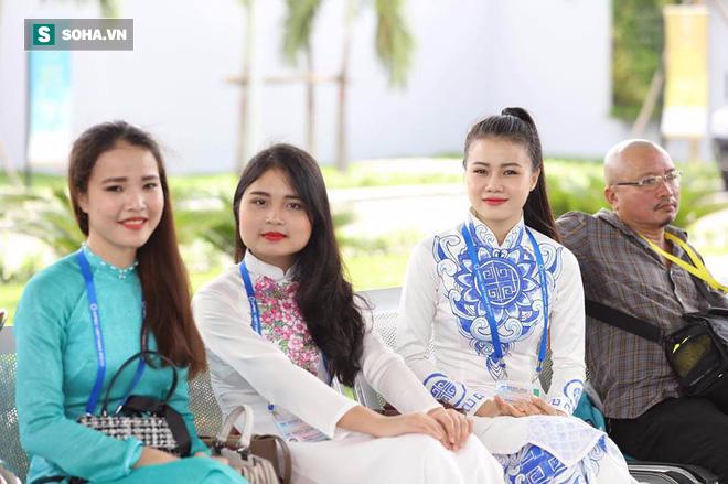Được tặng hoa cho Thủ tướng Lý Hiển Long, đây là cô gái hot nhất MXH sáng nay - Ảnh 3.