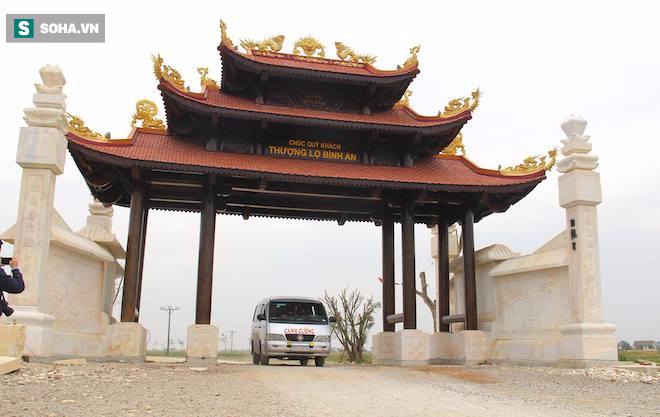 Cận cảnh cổng làng hơn 4 tỷ đồng làm từ gỗ quý ở Nghệ An - Ảnh 2.