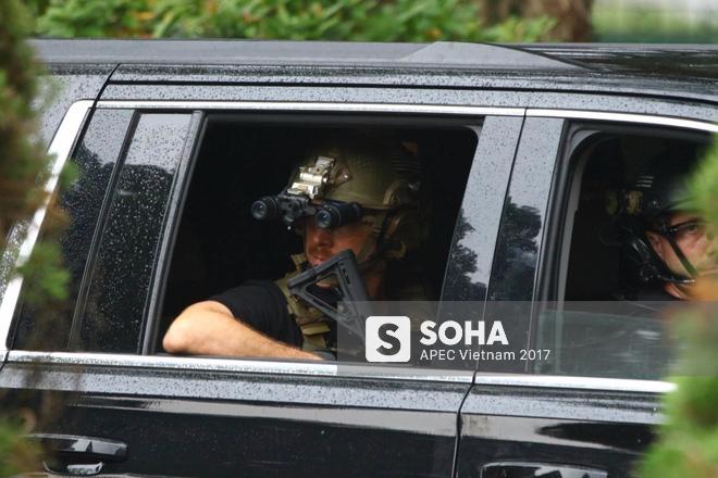 [ẢNH] Cận cảnh đặc vụ Mỹ mang súng tiểu liên ngồi trong xe hộ tống Tổng thống Trump ở Hà Nội - Ảnh 7.