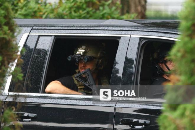 [ẢNH] Cận cảnh đặc vụ Mỹ mang súng tiểu liên ngồi trong xe hộ tống Tổng thống Trump ở Hà Nội - Ảnh 8.