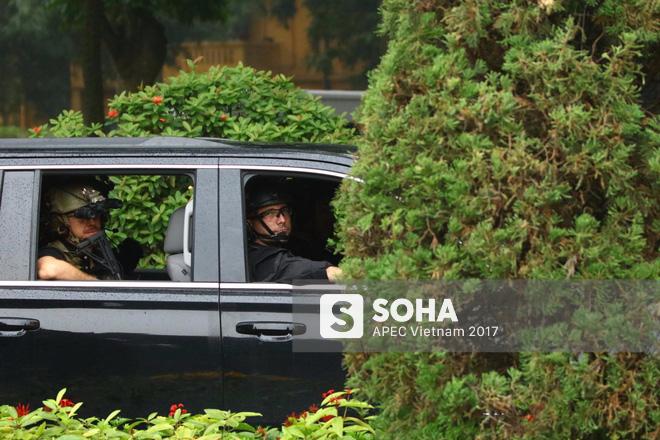 [ẢNH] Cận cảnh đặc vụ Mỹ mang súng tiểu liên ngồi trong xe hộ tống Tổng thống Trump ở Hà Nội - Ảnh 9.