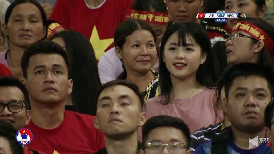 Cô gái bất ngờ nổi tiếng chỉ vì một khoảnh khắc ở SVĐ Mỹ Đình