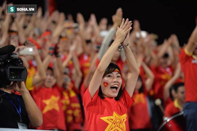 Giống Hữu Thắng, HLV Park Hang-seo có màn chào khán giả theo phong cách soái ca - Ảnh 2.