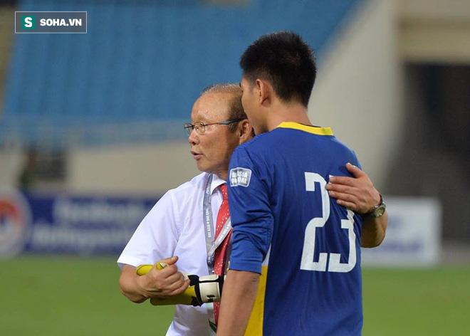 Giống Hữu Thắng, HLV Park Hang-seo có màn chào khán giả theo phong cách soái ca - Ảnh 5.