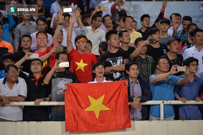 Giống Hữu Thắng, HLV Park Hang-seo có màn chào khán giả theo phong cách soái ca - Ảnh 6.