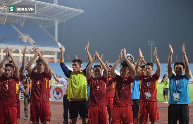 Giống Hữu Thắng, HLV Park Hang-seo có màn chào khán giả theo phong cách soái ca - Ảnh 7.